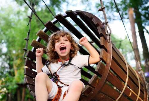 ילד שמח בנדנדה