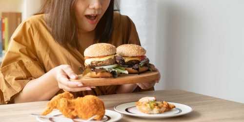 אישה אוכלת המבורגרים
