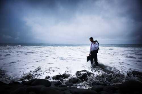 איש מתוסכל הולך בים בתוך המים