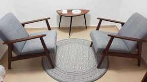 קליניקה עם שתי כורסאות ושטיח