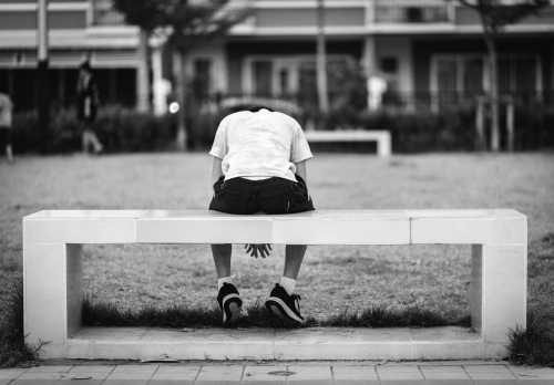 התאבדות - ילד מתוסכל יושב על ספסל