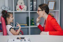פסיכולוגית יחד עם ילדה