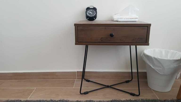 שולחן קפה לצד כיסא המטופל הינו פרט חשוב בטיפול
