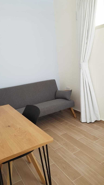 חדר טיפול עם כורסא נוחה ושולחן עבודה, לביצוע אבחונים או עבודה עם מחשב נייד בין הפגישות
