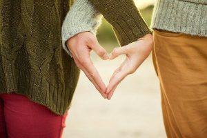 בני זוג מחזיקים ידיים